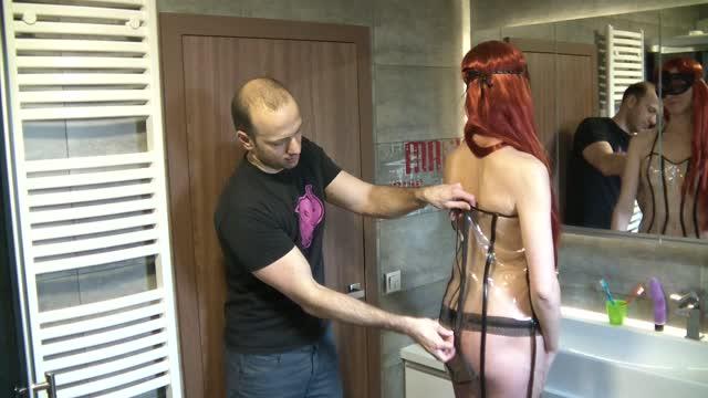 video: Adam zapíná Lucce Průsvitné šaty