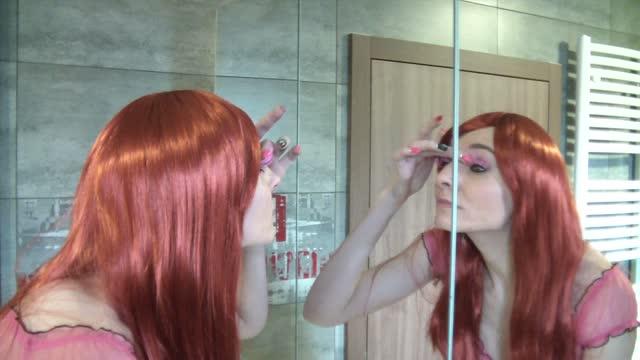video: Simona si v koupelně nasazuje růžové řasy