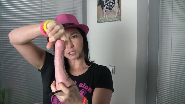 video: Domča předvádí strapon King Cock S