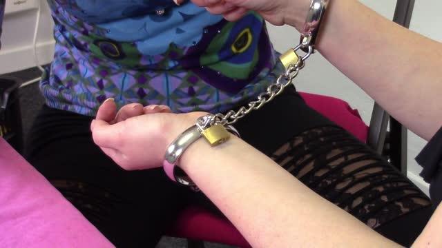 video: Verča s Domčou předvádí kovová pouta Chained Love