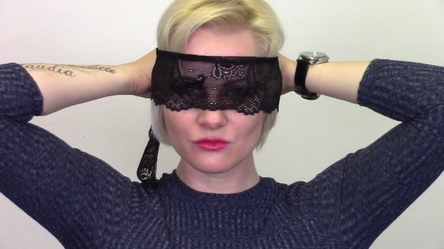 video: Veronika předvádí krajkovou pásku Bondage
