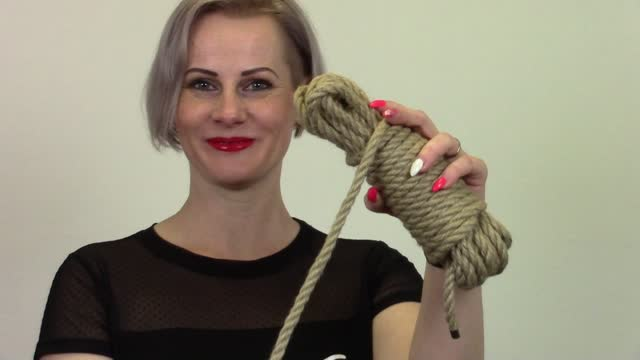 video: Veronika předvádí Natural Bondage Rope 10 m