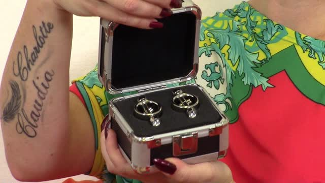 video: Veronika předvádí Svorky na bradavky Magnetic Diamond