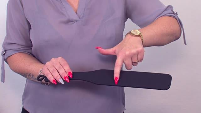 video: Verča předvádí silikonovou plácačku Black Spanker
