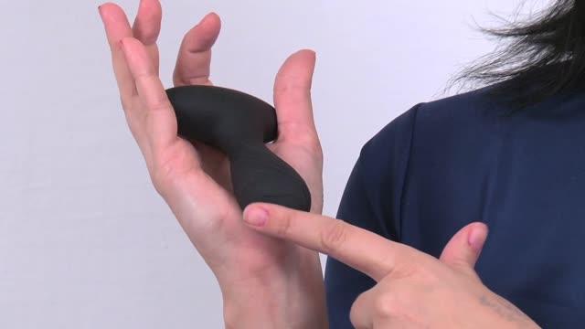 video: Karin a Vibrační anální kolík Pulsing Pleasure