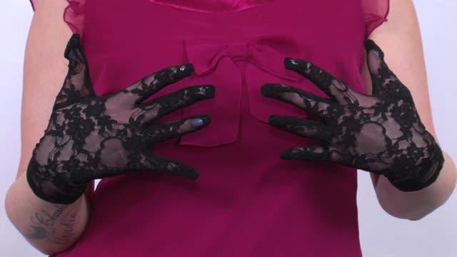 video: Verča předvádí krajkové rukavičky Lace Gloves