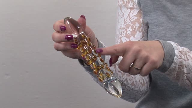 video: Verča a Skleněné Dildo Scratches (17 cm)