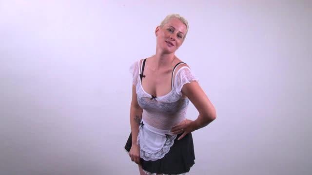 video: Verča v kostýmu Naughty Waitress