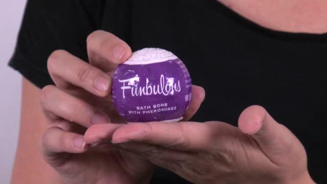 video: Karin a Obsessive šumivá bomba s feromony Funbulous