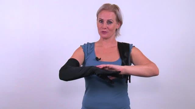 video: Verča předvádí saténové rukavice Fingerprint