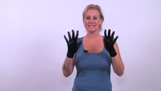 video: Verča předvádí saténové rukavičky SexBall