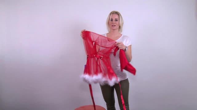 video: Verča představuje Obssesive šaty Santastic