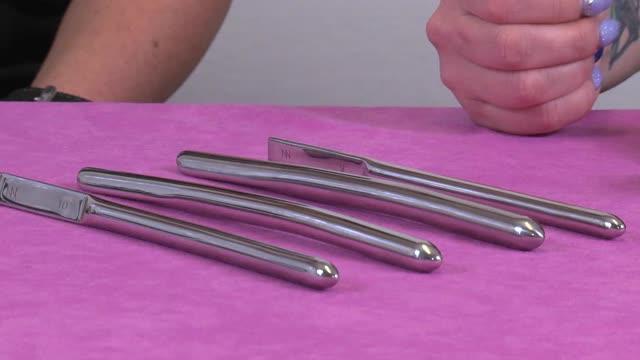 video: Verča s Domčou ukazují sadu kovových dilatátorů Curious II (9–12 mm)