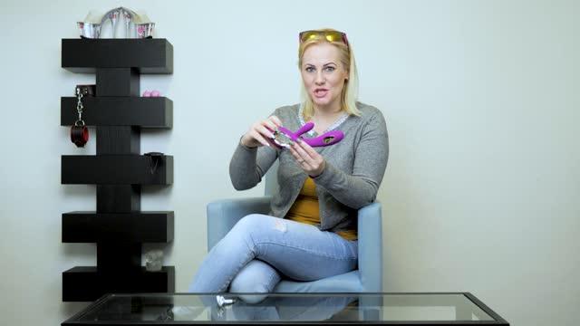 video: Verča předvádí LELO Soraya 2 vibrátor s výběžkem