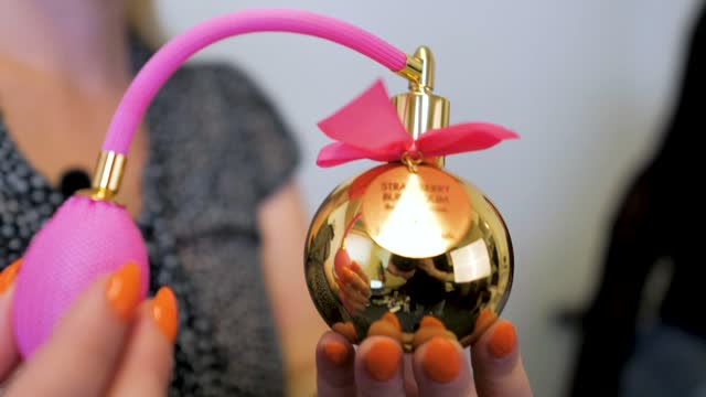 video: Verča předvádí Bijoux Indiscrets BubbleGum parfém (130 ml)