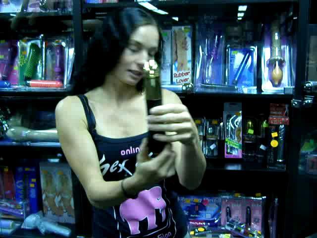 video: Dominika v prodejně + vibrátor