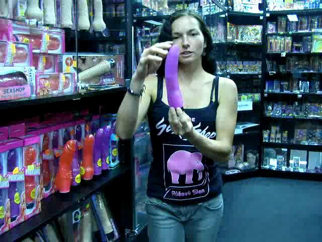 video: Dominika v prodejně + gelový vibrátor (fialový)