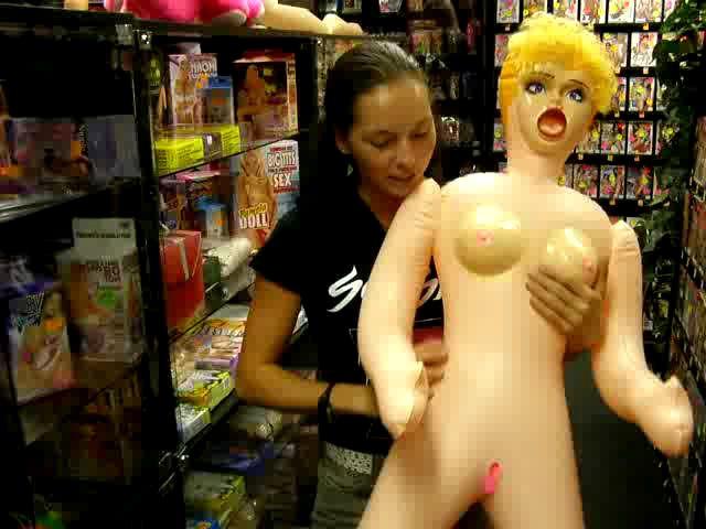 video: Dominika v prodejně + nafukovací panna Pamela