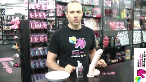 video: Adam v prodejně testuje odolnost erekčních kroužků