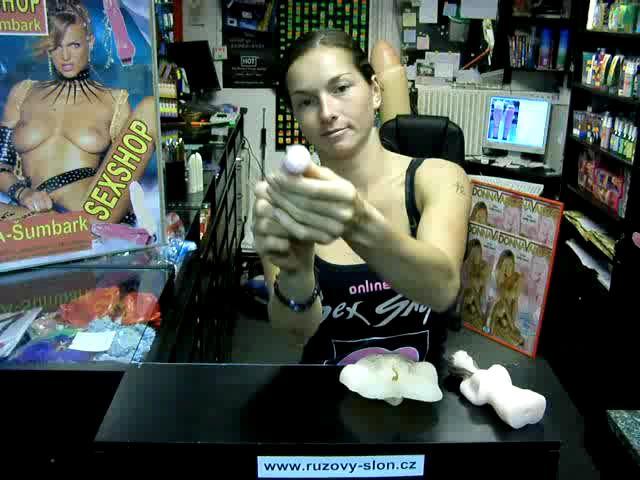 video: Dominika v prodejně + vibrátor na klitoris