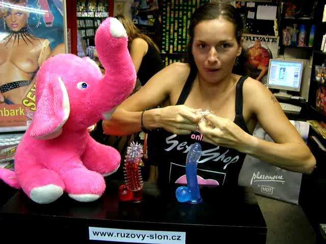 video: Dominika v prodejně + návlek na penis