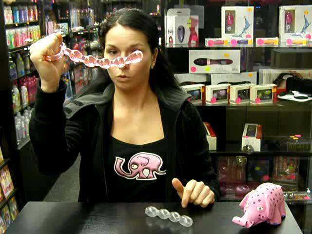video: Dominika v prodejně předvádí kuličky