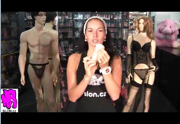 video: Dominika v prodejně ukazuje Vagína MaxMasturbator s kroužkem