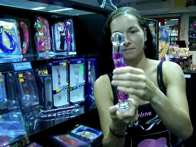 video: Dominika v prodejně a skleněná dilda