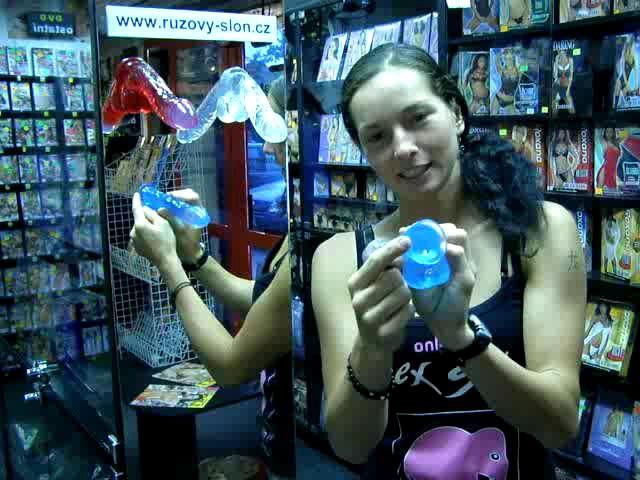 video: Dominika v prodejně + dildo s přísavkou