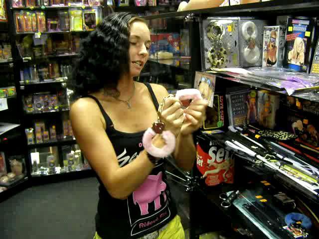 video: Dominika v prodejně + plyšová pouta růžová
