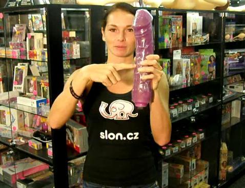 video: Dominika v prodejně a XXL vibrátor (původní průhledná barva)