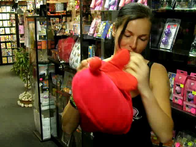 video: Dominika v prodejně a erotické polštářky - chlupatá vagína
