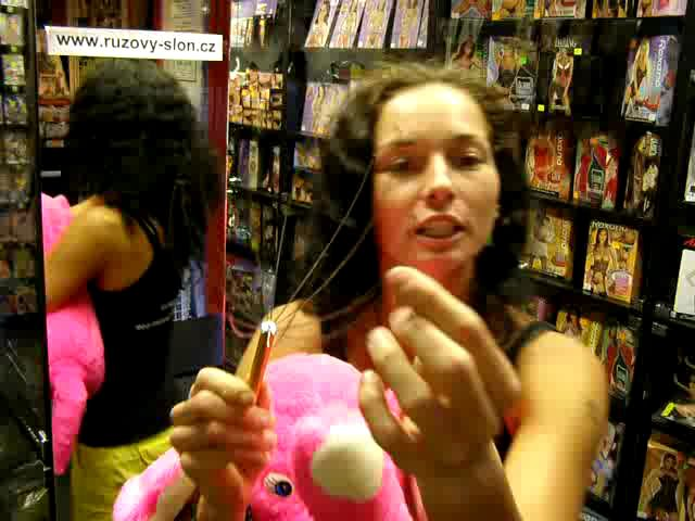 video: Dominika v prodejně + divotvorná masáž hlavy