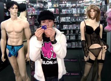 video: Dominika v prodejně a anální kolík Vito