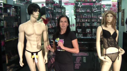 video: Dominika v prodejně předvádí šimrátko