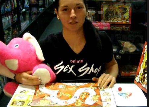 video: Dominika v prodejně ukazuje hru Harašeníčko