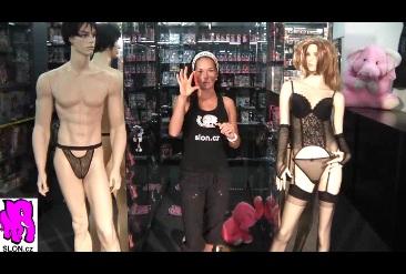 video: Dominika v prodejně ukazuje We-Vibe SALSA červený